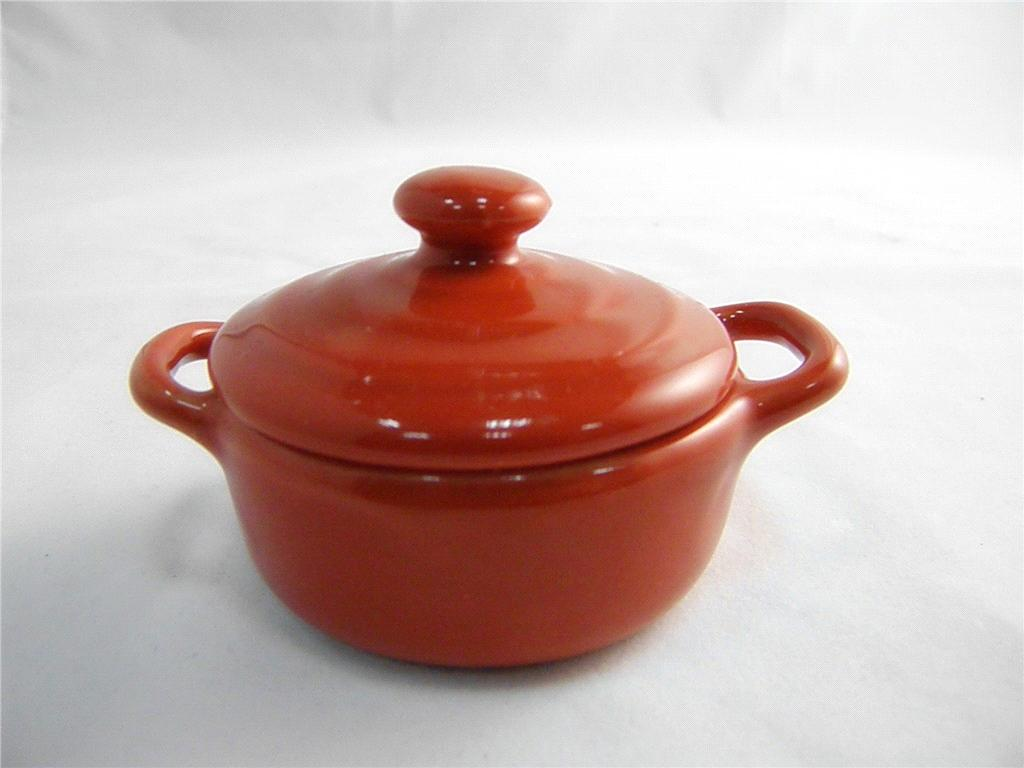 Ceramic Small And Elegant Pot With A Lid Fv7052