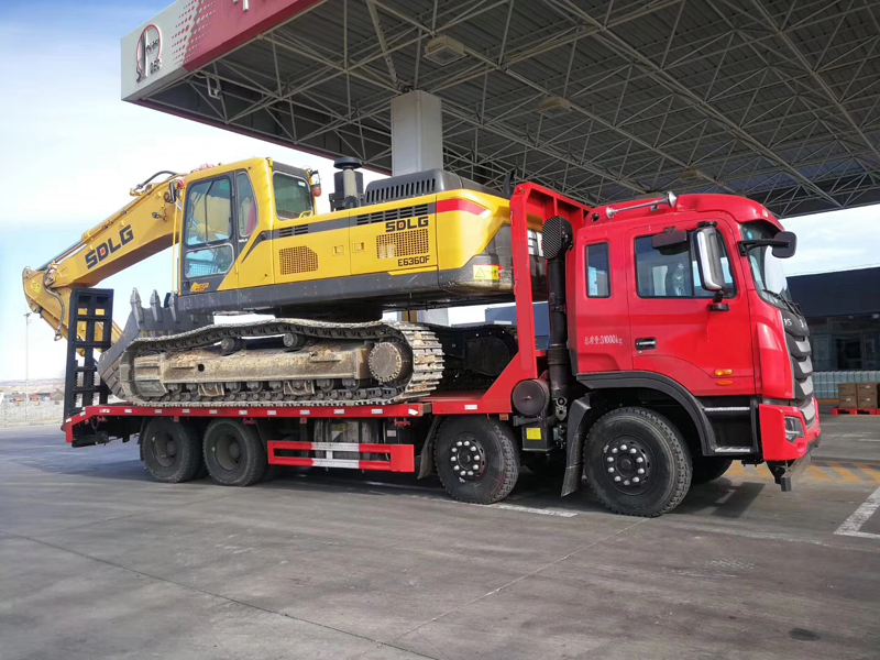 Sinotruck Howo 290hp 12 Tyre Flatbed Truck for load 24 tons Machinery with CLW brand 12ton fold crane