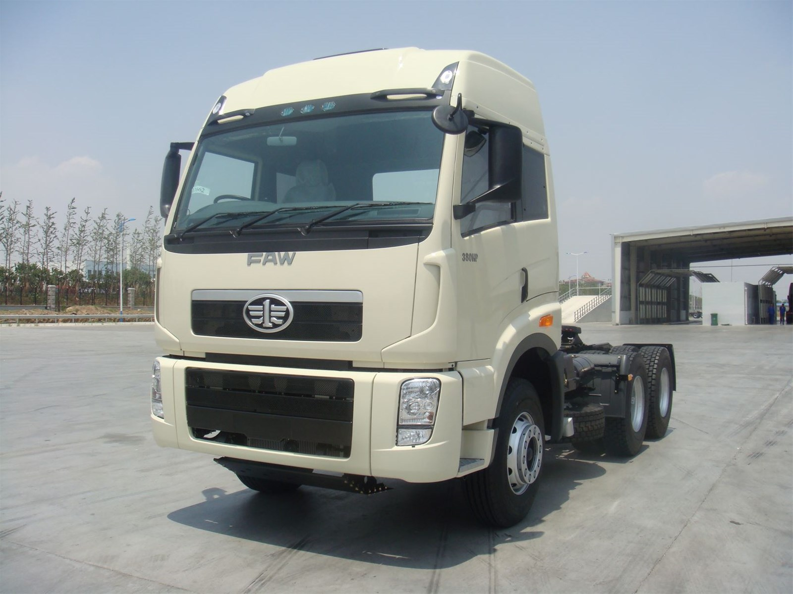 CHINA NEW FAW 64 TRACTOR TRUCK IN STOCK the configuration can be replaced on demand