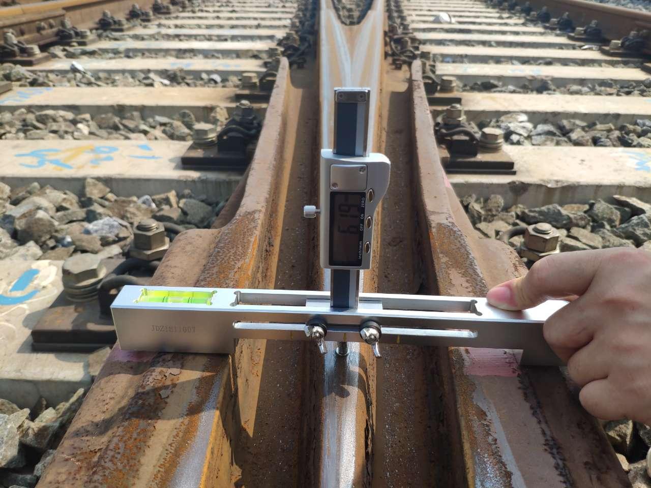 Digital switch rail height gauge