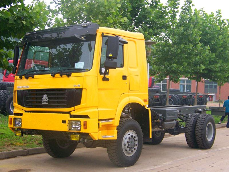 SINOTRUK HOWO 4X4 off ROAD TRACTOR TRUCK ZZ4187M3517C1
