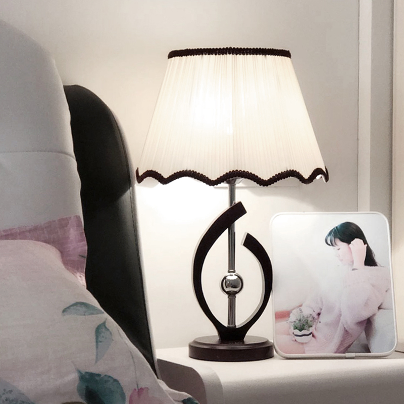 feeding solid wood room lamps  Table lamp led modern simple bedroom bedside study creative fashion warm CL
